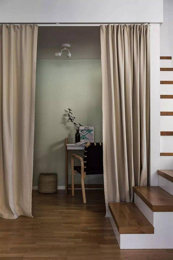 入门处在左边,进来看到的就是通往卧室的楼梯间和工作室。