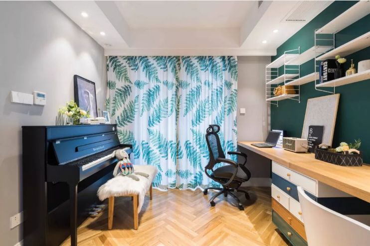 看到书房里的钢琴,就知道业主一定是一个爱音乐的人了,书桌的墙面是深青色,和钢琴背景墙的浅灰形成对比。
