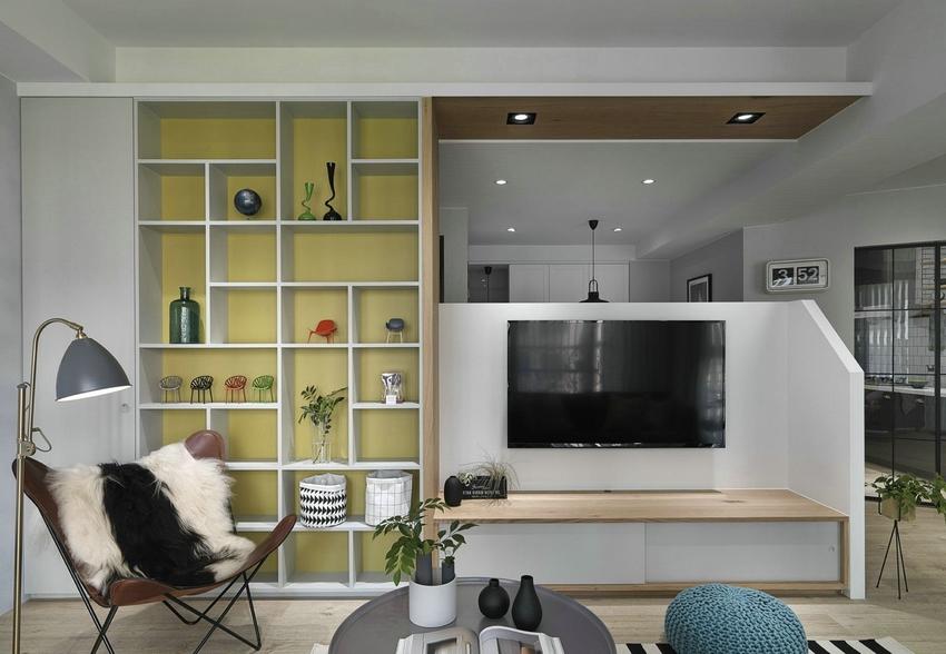 与背景墙相连的玄关背面设计成收纳柜,摆放一些盘栽及茶杯,非常实用。