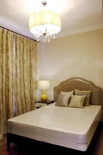 电视墙、壁纸、灯具、窗帘都凸显出了气派华丽的格调,而不失温度。