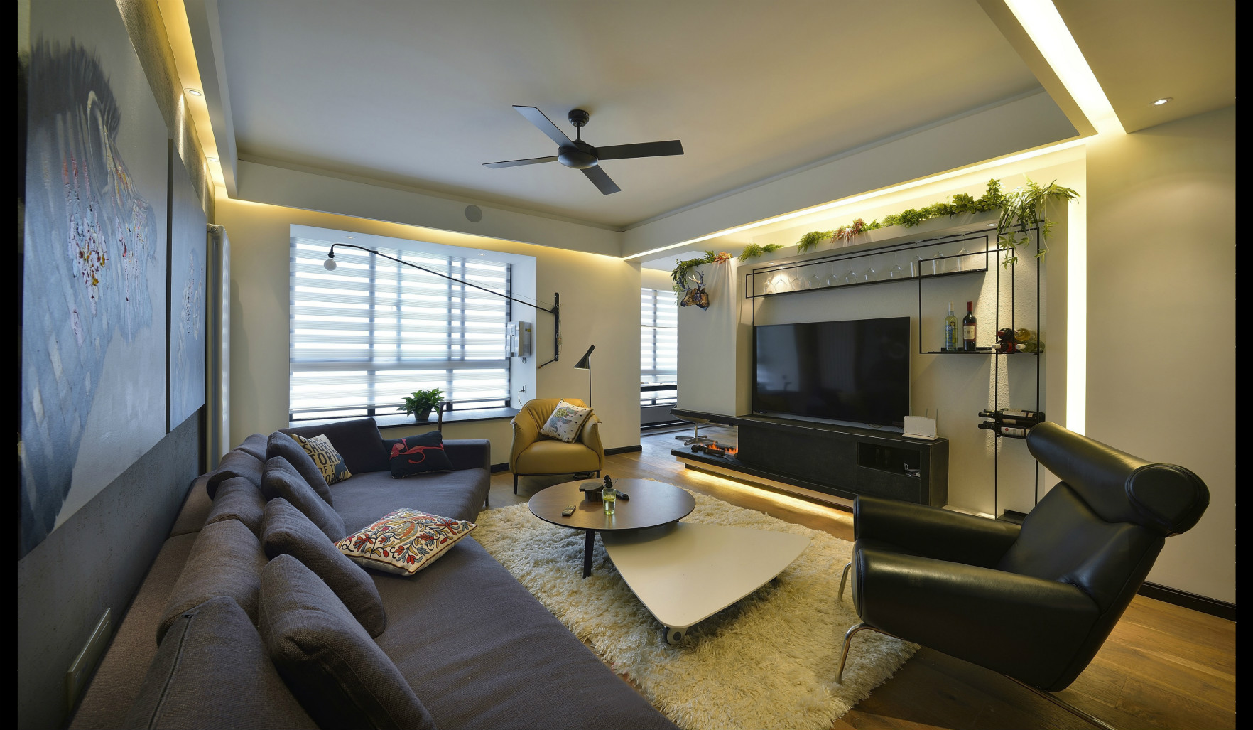 客厅是一字型大开间,融合多种功能。宽敞明亮的公共区域,通风采光都很不错!