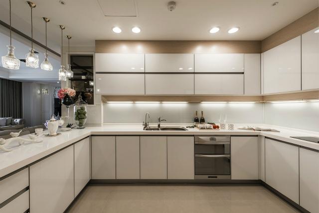 厨房吧台设计,既时尚又美观,在此品品茶喝喝咖啡,尽享生活美好。