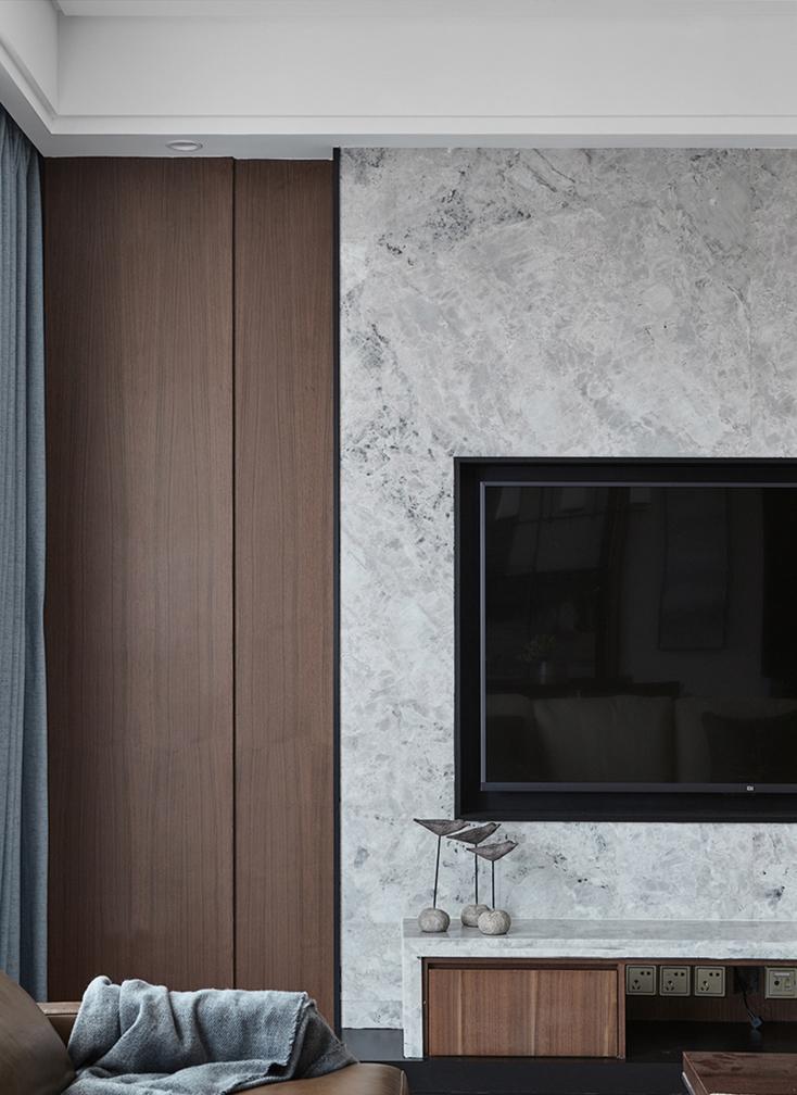 整个电视背景还有电视机都是木工现场基层打好,在体贴上科技板跟大理石。