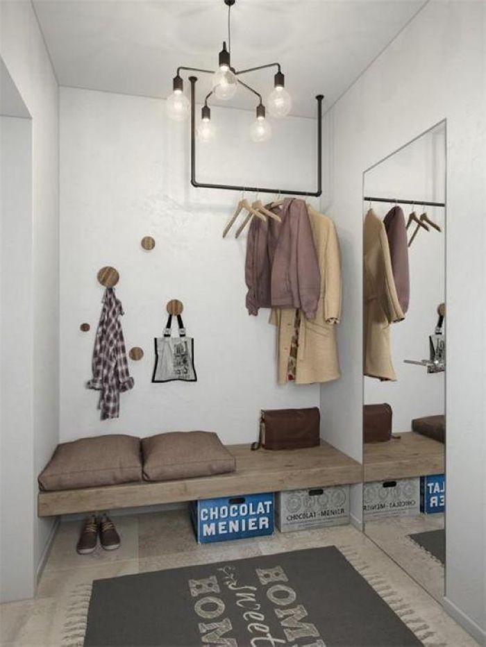 玄关处扩容镜面搭配实用木板,墙面的小蘑菇用来挂书包等,u型的铁艺小物为玄关增添了实用空间。