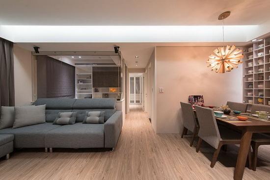 书房墙面经内缩后,顺势放大客厅空间;搭配玻璃隔间墙带来穿透感,一举串联各生活场域。