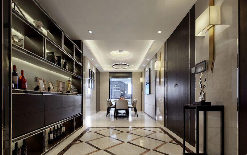 推门而入就被对面的酒柜吸引,虽然有些突兀,但与大门相同的色彩和材质保证了风格的统一。