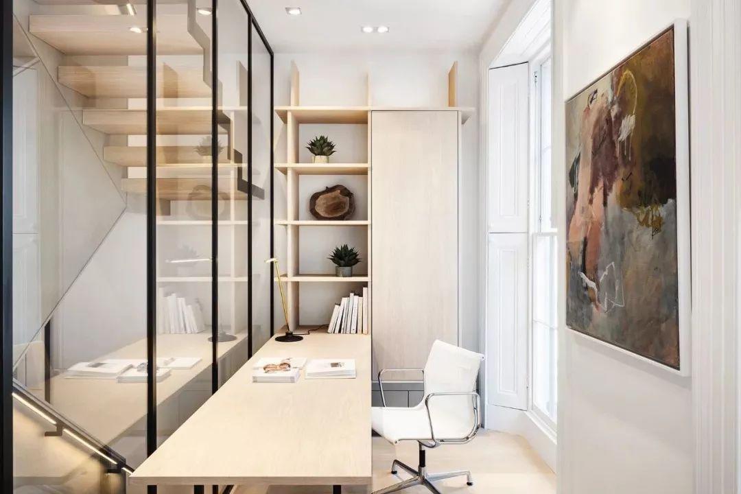 设计师充分利用楼梯间的空间,住家里打造出了一个办公区域,采用通透的玻璃,让视线开阔,不会觉得拥挤。