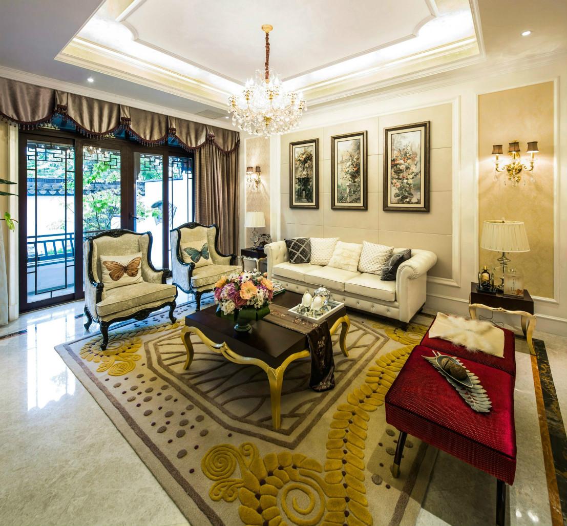 极简的客厅沙发,与留白背景相协调,局部搭配亮丽的色彩点缀