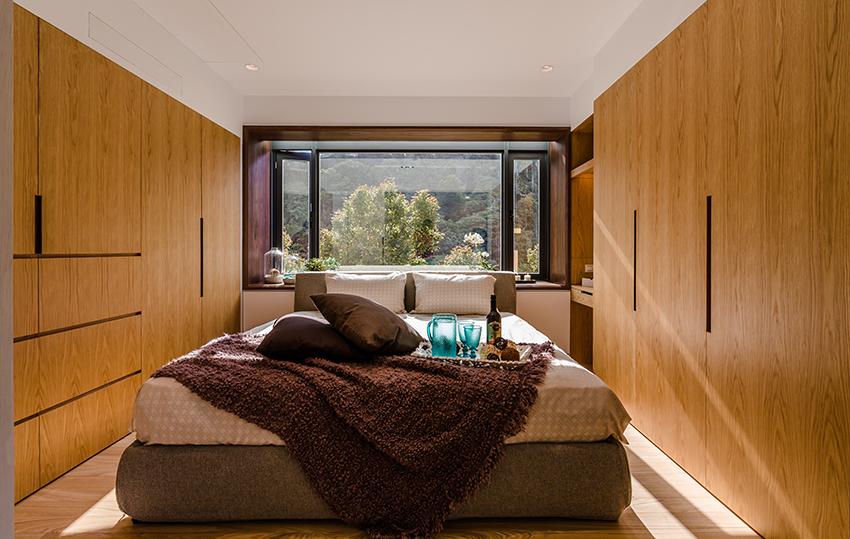 主卧室木质的地板以及两侧木质的墙,很是亲近大自然的感觉。舒畅的休息场所