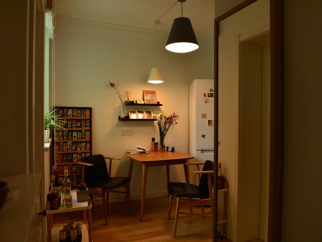 餐桌上方的墙上错落着两块搁板,既能放一些回忆,也能起到装饰作用。