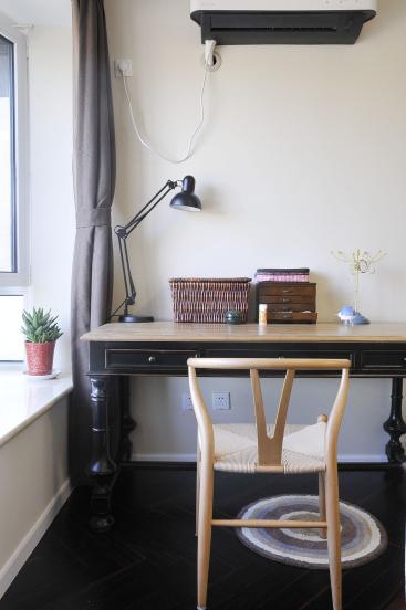设计师依然选用了木质桌椅,带着点古朴风格的梳妆台为空间增加了一点点年代感。
