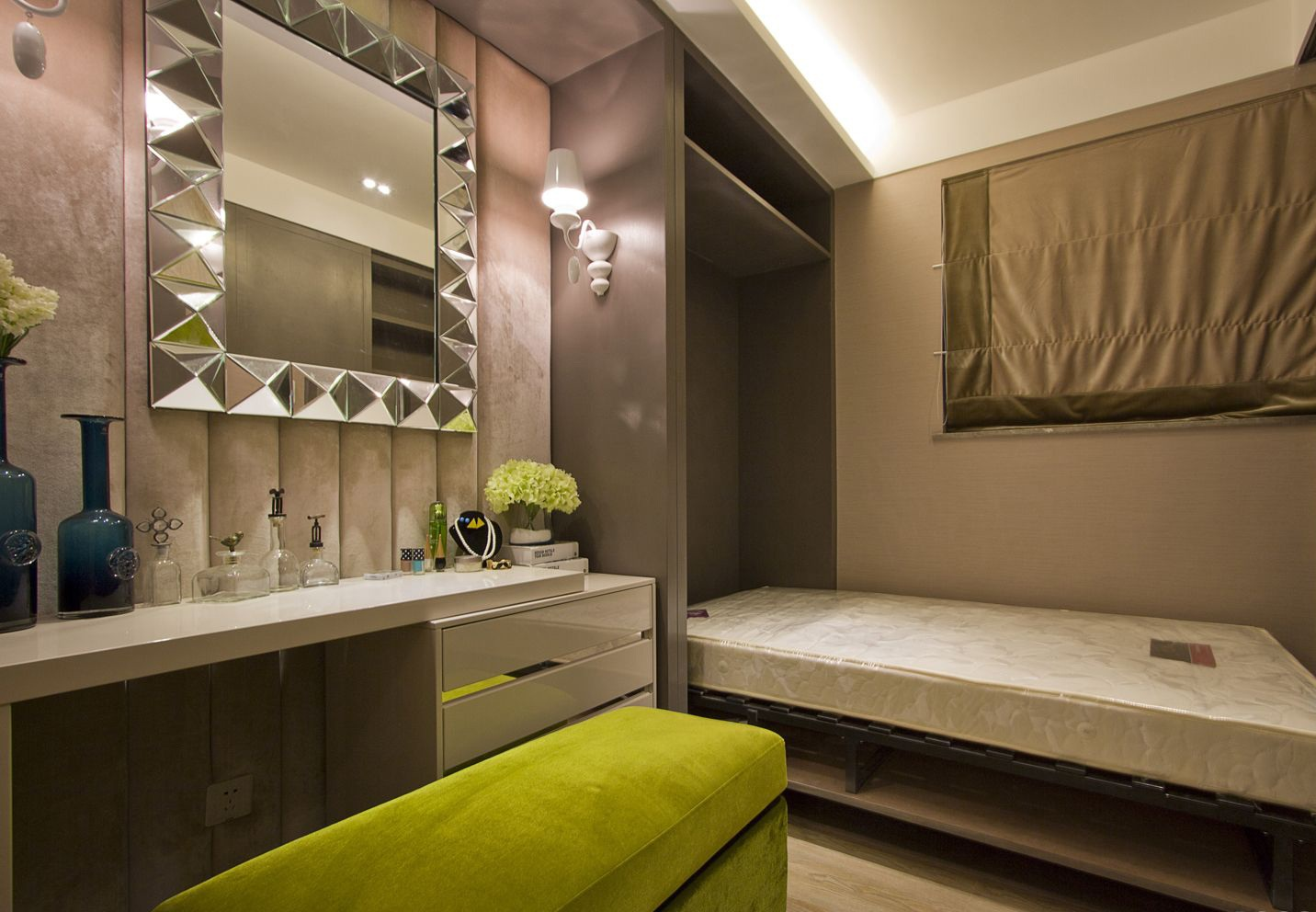 这间卧室中放置着简约的单人床,旁边的化妆台很是别致,绿色的座椅很是温馨时尚