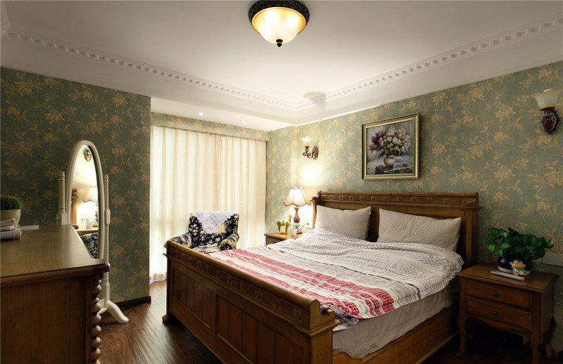 木质床体与地板颜色相呼应,配之带花纹的墨绿色墙纸,整体感觉清新亮丽。