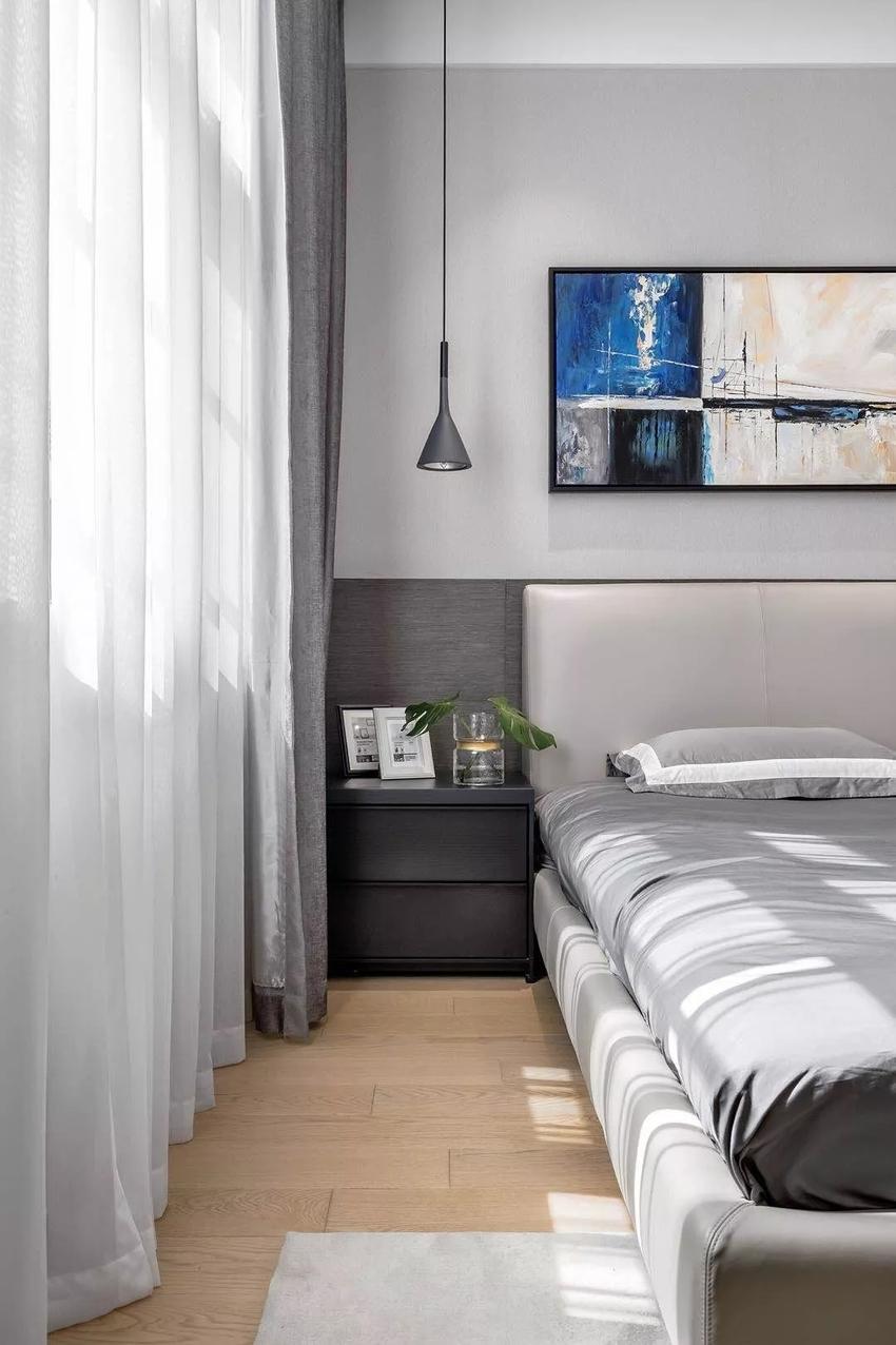 设计师选用了更为暖意的实木地板,打破了家具的沉闷感,使空间更加通透。