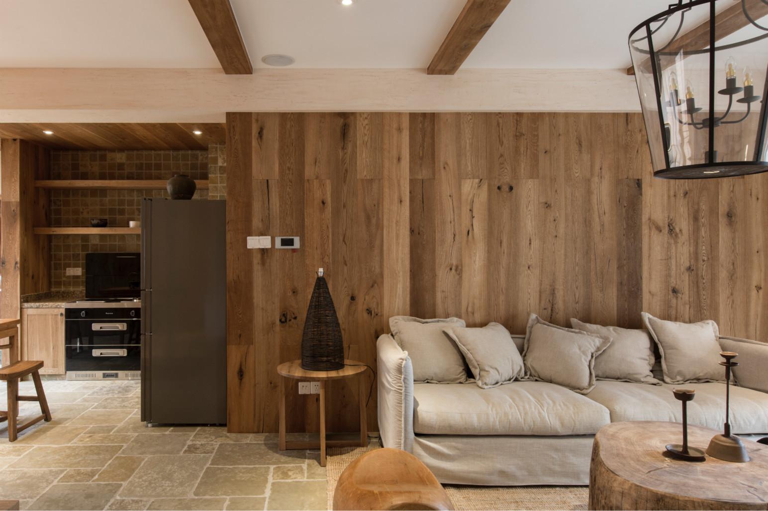 客厅以原木家居为主,整体很简约舒适,有家的温馨的感觉