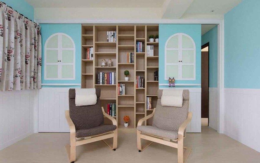 设计师在左侧们片设置收纳柜,右侧则是通往私领域的入口,让书房成为空间的过渡带。