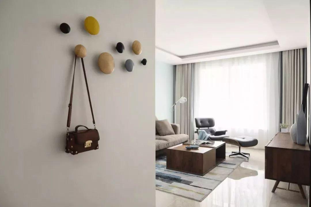 以简洁明亮的现代简约做为全屋风格,柔软无压的大地色系,使人心情感到放松。