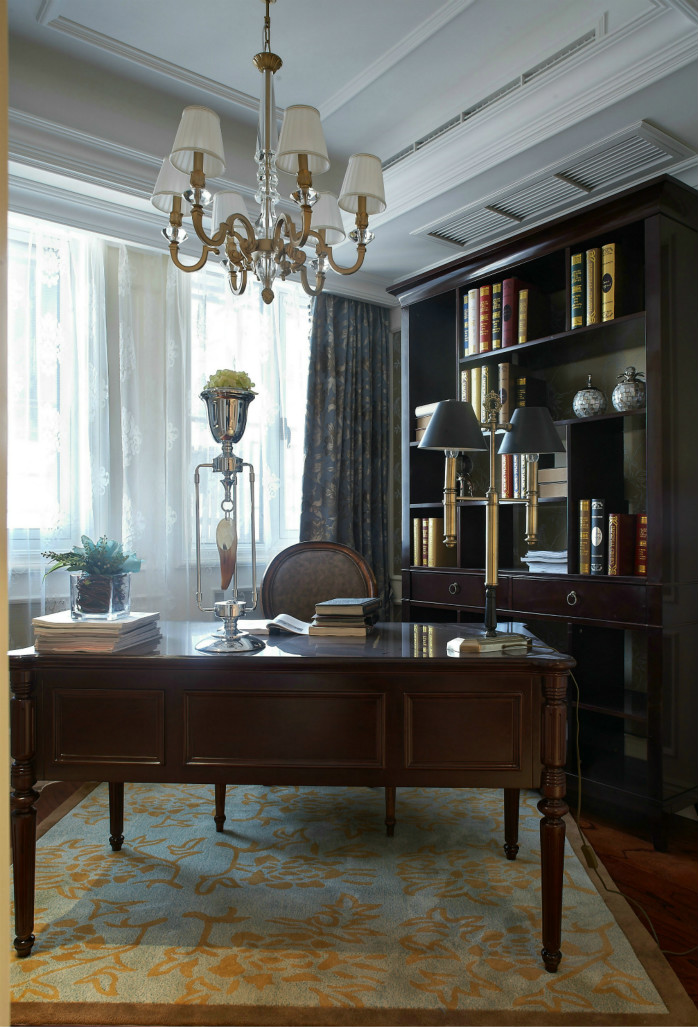 深色的原木质书桌与柜子,显示出了书房的稳重与严肃。