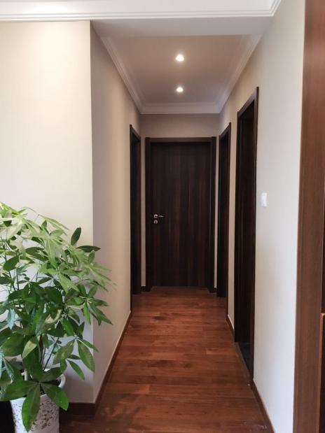 客厅的走廊延伸至卧室与书房,简单的吊顶配上暖黄色灯光,指引你步入幸福的大门。
