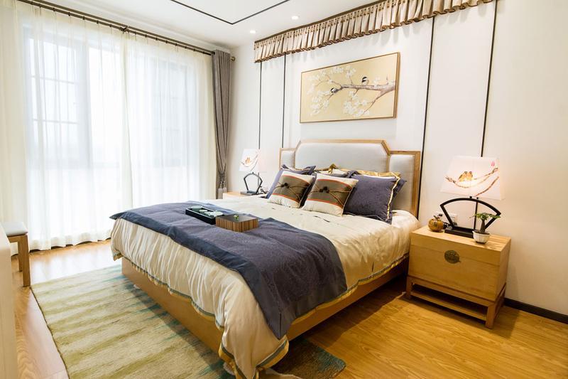 卧室空间很大,采光很亮,原木色地板让居室增加了自然感。