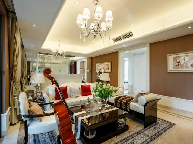 屋内挑高的设计,使整个空间显得宽敞而明亮。大提琴的放置增加一丝艺术气息。