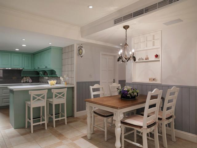 开放式厨房设计,浅绿色的吊柜、充满情调的小吧台,精致生活不将就,做好饭转身就是餐桌,非常方便。