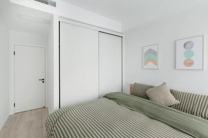 就着主卧的尺寸将衣柜做成了推拉门柜体,有着动人的线条感。