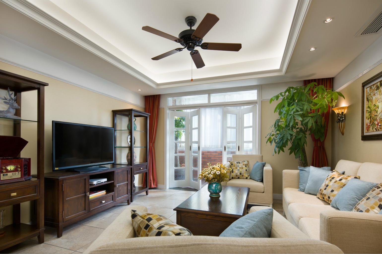 客厅墙面以白色和米黄色为主色调,可以让家变得自然清新。