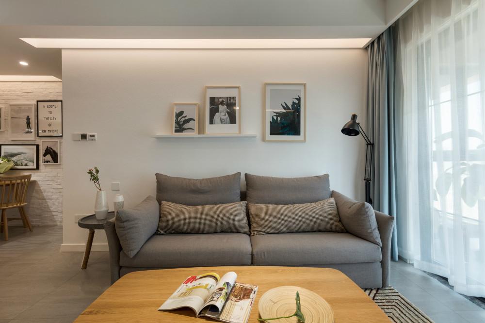 灰色布艺沙发搭配木质小茶几既简约有时尚