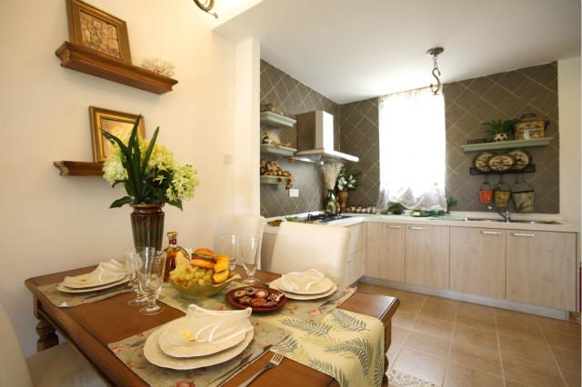 餐厨一体设计,开放性厨房增加了空间利用率,浅色调的色彩运用,让光线更为充足。
