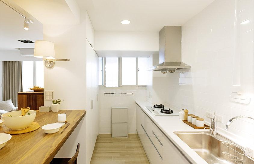 厨房以木质地板搭配整个白色为主,整体简单干净