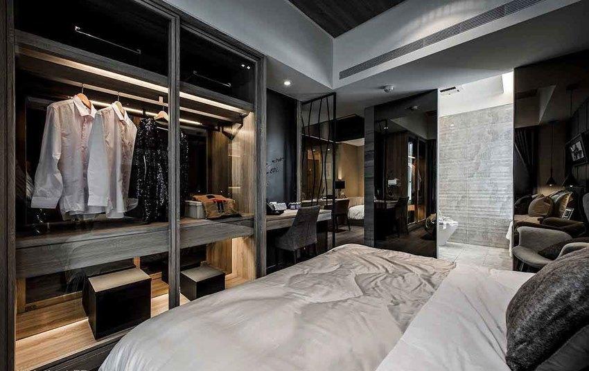 同样考虑机能带来的压迫感受,玻璃衣柜、纤细铁件隔屏,以及黑镜修饰主卧卫浴入口。