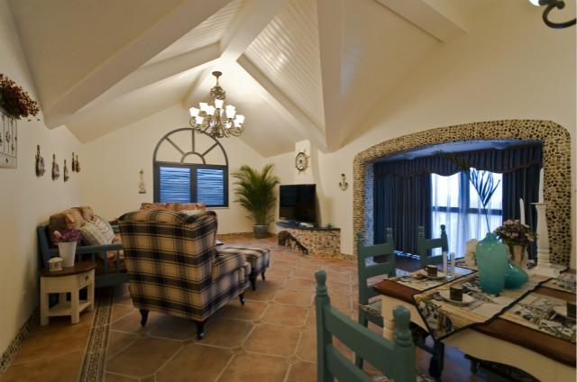 餐客一体的设计,极大的利用了空间,厚重的客厅吊顶,给居室增加了不一样的美感。