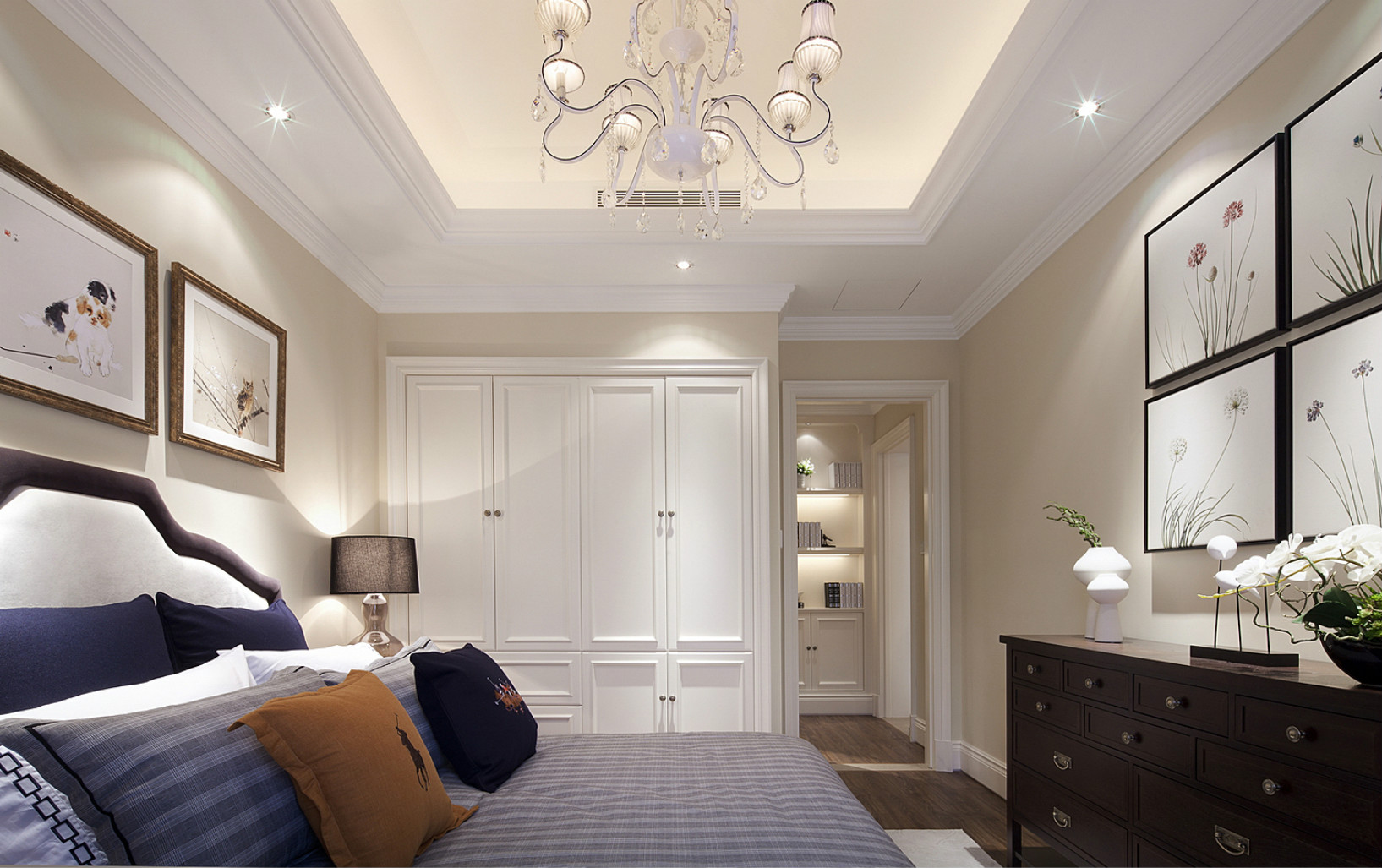 卧室挡不住设计的巧妙,白色衣柜收纳的设计,以及精致的挂画设计