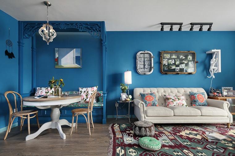 墙面整体用清爽的蓝色为底, 丰富、有趣的摆设让整个空间都活泼起来。