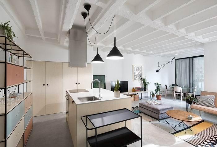 以客厅为空间的中心,其余的区域,例如厨房、餐厅、书房都围绕着客厅设计。