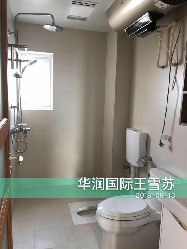 卫生间既设置了马桶又设置了蹲便池,方便实用。