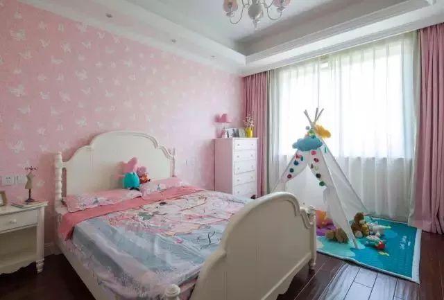 儿童房选择了可爱、浪漫的粉色系为主,背景墙、床品和窗帘完美结合起来,让人感觉少女心满满。