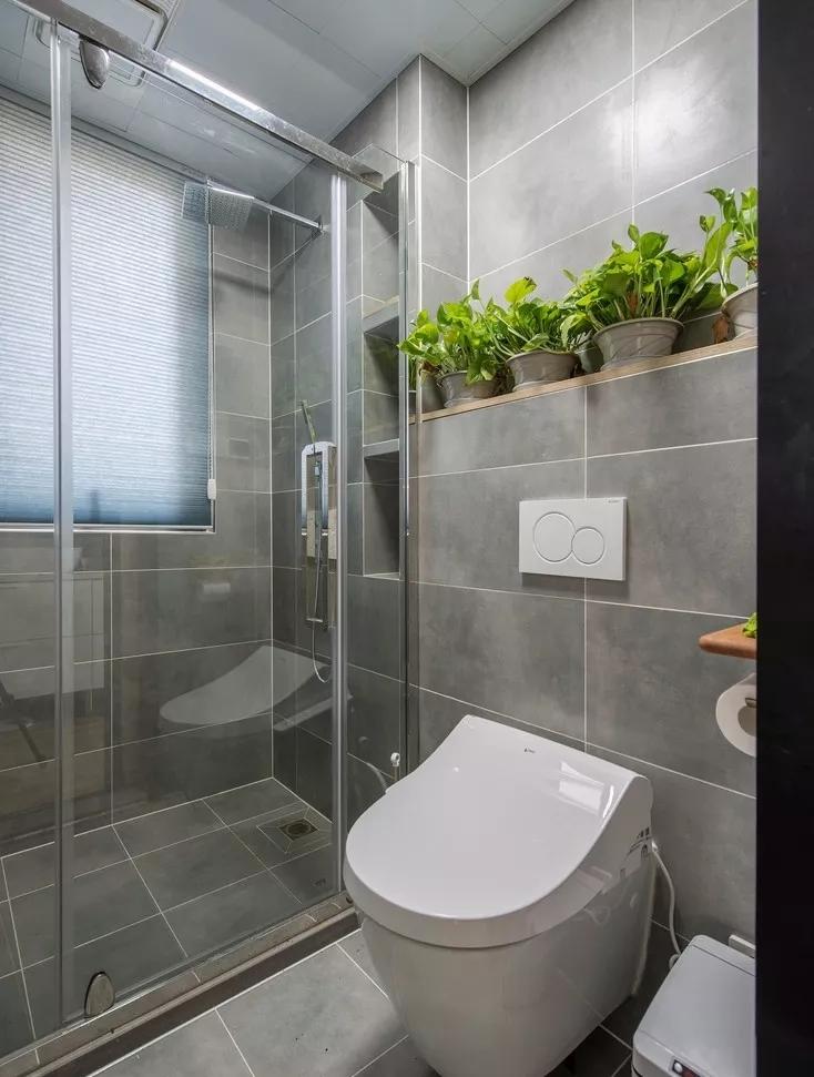 卫生间同样延续了灰色基调,玻璃淋浴房有效做到了干湿分离的设计原理。