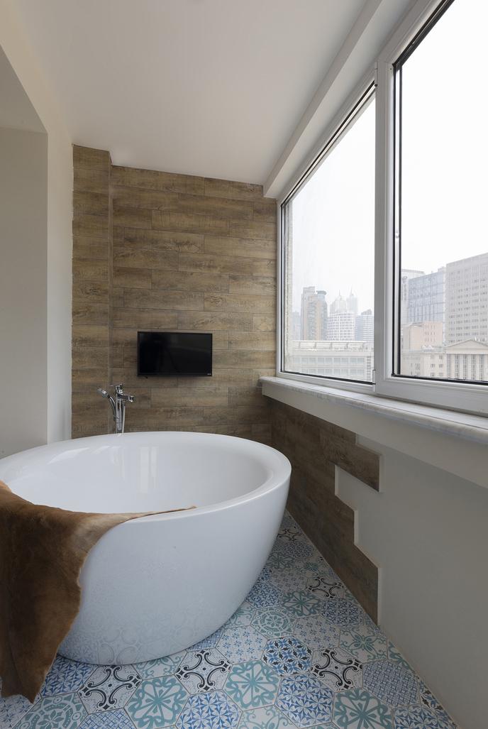 阳台设置独立浴缸,色彩斑斓的地砖个性十足,晒着太阳泡澡,生活本该如此。