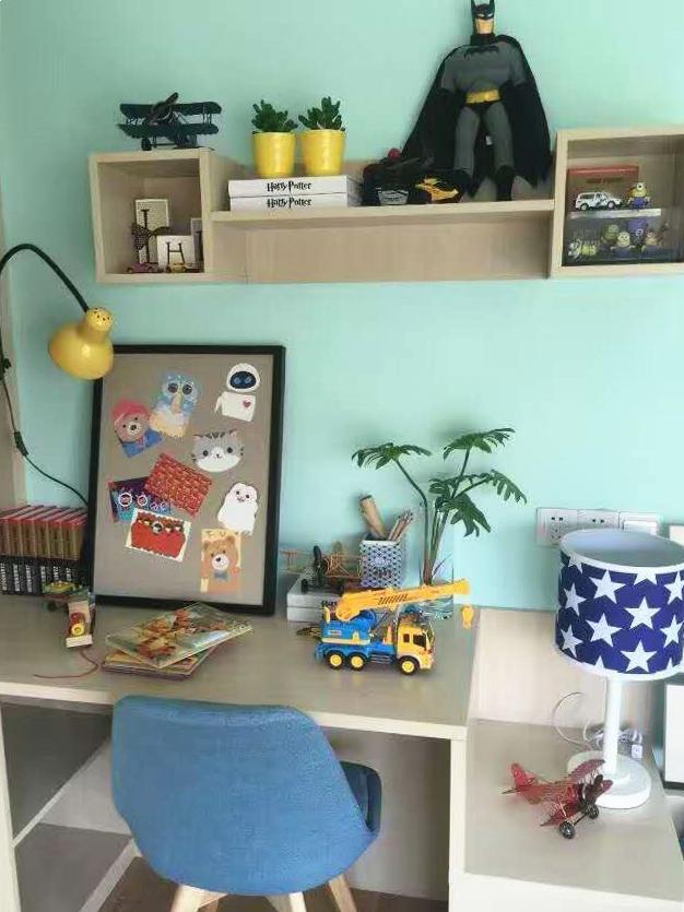 """桌子是两用的,可办公可当床头柜,在不大的空间里选择构思巧妙的两用桌,就两个字""""完美""""。"""