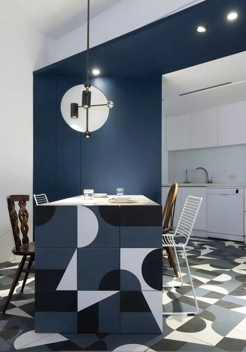 餐桌设计与地砖采用同色花纹,整体和谐自然;不规则的几何图案,布置出满满的个性活力。