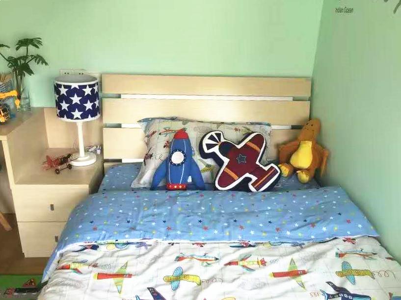 儿童房墙面选择的是活力的绿色漆,床上放了好多宝宝喜欢的小玩具,童趣十足、天真烂漫。