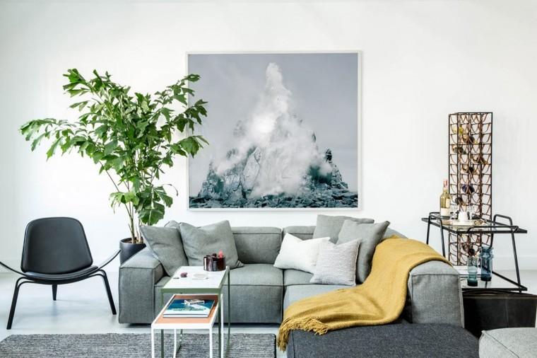 设计师刻意选择一些低矮的家具,阳光从多扇窗户洒入,在室内穿行无阻,带来通透明亮的视觉效果。