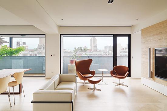 容易显得生冷的极简风,可以在色调的选择上以及家具材质的挑选上增加温润感。