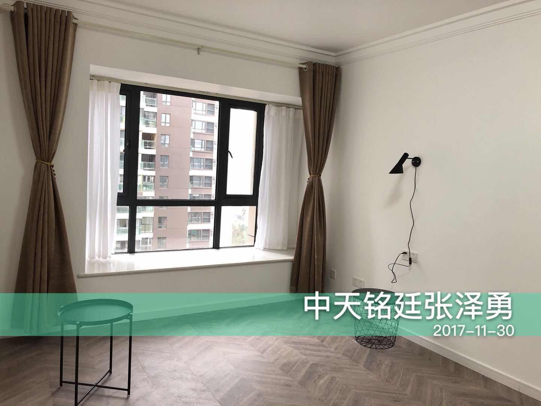 卧室简单的大白墙粉刷,飘窗设计让空间有一种别有风韵的感觉,坐在飘窗处,眺望远处或感受落日都非常舒适。