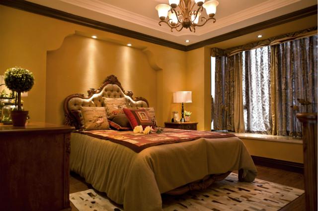 卧室沿袭客厅的装修风格,以黄色为主色调,简易的飘窗设计,碎花窗帘,舒适大气。