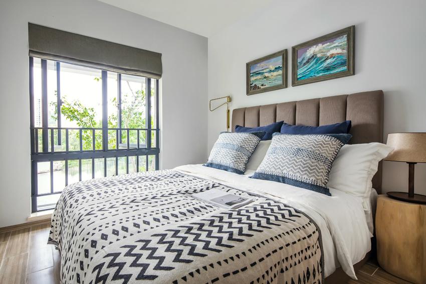 主卧以柔和的藕粉色做背景,客卧则以硬朗的蓝灰色背景转换风格。