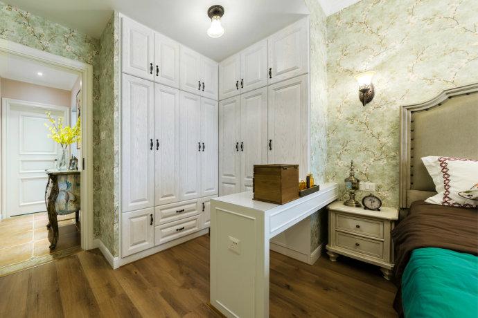 直角衣柜顺势做成的书桌台,合理又巧妙的利用空间的同时,没有形成过多的累赘和繁琐感。
