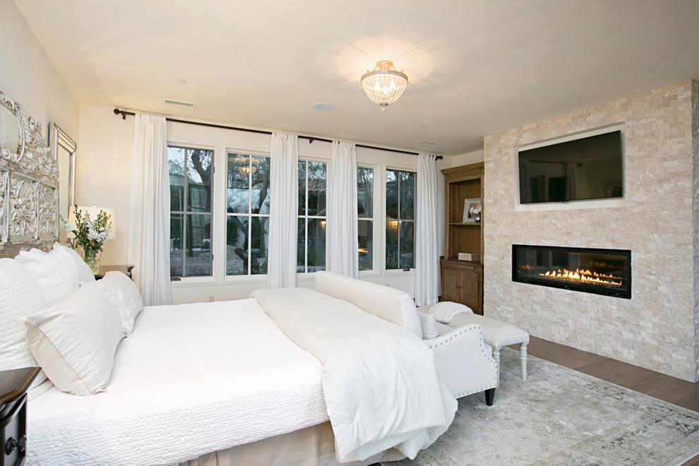 卧室中间是用皮毛质地的地毯布置的,加上柔和的光线效果,让整卧室增添了暖意。